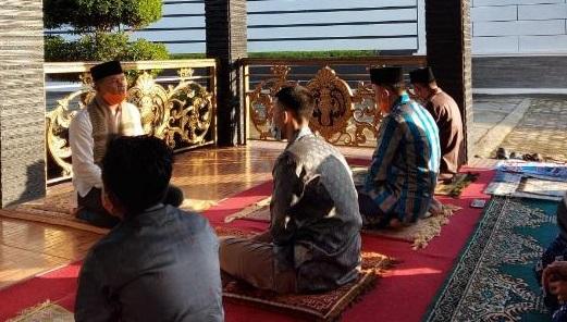 Ditengah Pandemi Virus Corona, Bupati Lambar dan Keluarga Sholat Idul Fitri di Kediaman Pribadi