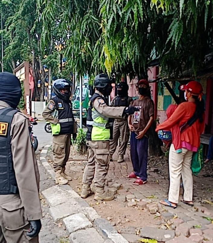 URC Satpol PP Cikoding Beri Peringatan 13 Orang Tak Patuhi PSBB
